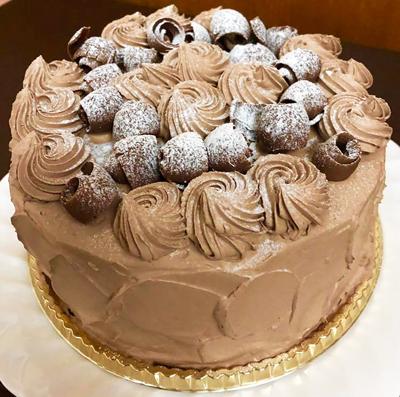 特注5号サイズの生チョコレートデコレーションケーキ